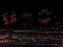Salut au-dessus de la ville la mégalopole Salut de fête dans le ciel nocturne Explosions des feux d'artifice Photographie stock libre de droits