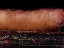 Salut au-dessus de la ville la mégalopole Salut de fête dans le ciel nocturne Explosions des feux d'artifice Photo libre de droits