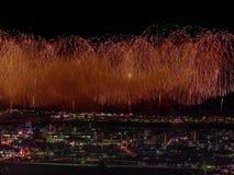 Salut au-dessus de la ville la mégalopole Salut de fête dans le ciel nocturne Explosions des feux d'artifice Photo stock
