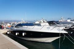 Salut bateau de vitesse dans la marina Image libre de droits