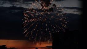 Salut de fête contre un ciel bleu-foncé d'avance après coucher du soleil Lumi?res color?es clips vidéos