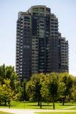Salut-hausse d'appartement en parc Photos libres de droits