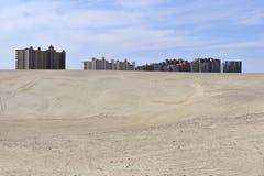 Salut les constructions d'élévation contrastent le désert arénacé, Mexique Image stock