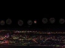 Salut nad miastem megalopolis Świąteczny salut w nocnym niebie Wybuchy fajerwerki fotografia stock