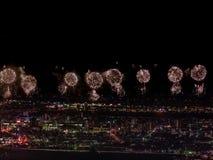Salut nad miastem megalopolis Świąteczny salut w nocnym niebie Wybuchy fajerwerki zdjęcie stock