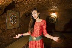 Salutation asiatique de fille de beauté dans le holl du salon de station thermale, mains faisant des gestes l'accueil Photos stock