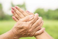Salutation asiatique de fille ou payer le respect à sa mère, deux mains tenant chacun d'autres photos stock