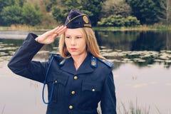 Salutation blonde de policière Photos libres de droits