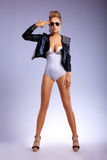 Salutation confiante militaire de femme de mode de beauté Images stock