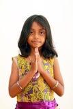 Salutation d'enfant avec une bienvenue traditionnelle d'Indien image libre de droits
