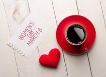 Salutation de jour des femmes s avec du café, coeur rouge Images stock