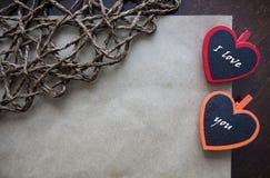 Salutation de la carte de papier pour le signe Type de cru Coeurs rouges et oranges Photo libre de droits