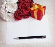 Salutation de la carte vierge avec les fleurs et le cadeau Images stock