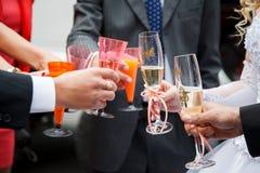 Salutation de mariage avec des verres de champagne Photos libres de droits