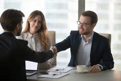 Salutation de poignée de main d'associés lors de la réunion dans le bureau photo stock