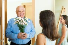 Salutation des couples mûrs affectueux images libres de droits