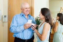Salutation des couples mûrs affectueux Photo stock