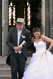 Salutation des nouveaux mariés images libres de droits