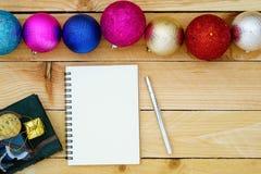 Salutation du carnet de papier blanc avec la décoration de Noël sur le bois Photographie stock