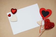 Salutation du livre blanc vide pour la carte de message textuel avec les coeurs et les hauts de forme rouges sur un fond en ivoir Photo libre de droits
