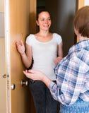Salutation gaie de deux femmes à la porte Photos stock