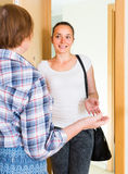 Salutation gaie de deux femmes à la porte Photo stock