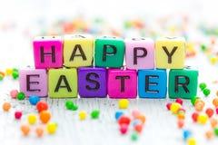Salutation heureuse de Pâques des cubes colorés lumineux Image stock