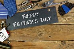 Salutation heureuse du jour de père sur l'ardoise avec la frontière des outils Photos stock