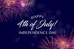 Salutation heureuse du 4 juillet avec le fond bleu avec le bokeh Photo libre de droits