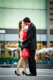 Salutation - jeunes couples en rouge Photos stock