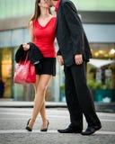 Salutation - jeunes couples en rouge Image stock