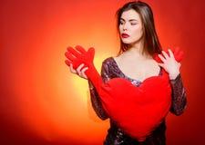 Salutation romantique Soyez mon Valentine Amour et romance Ventes de jour de valentines Fille sensuelle avec le coeur décoratif s image stock