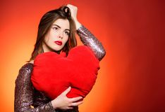 Salutation romantique Soyez mon Valentine Amour et romance Ventes de jour de valentines Fille sensuelle avec le coeur décoratif s image libre de droits