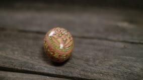 Salutation visuelle colorée lumineuse Joyeuses Pâques ! Les oeufs et les lettres sautent le glisseur de style d'art banque de vidéos