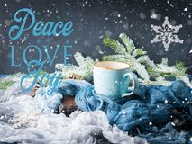 Salutations avec la tasse de café sur le fond d'hiver Photo stock