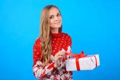 Salutations de Noël et meilleurs voeux ! Une jeune fille avec du charme est op photos stock