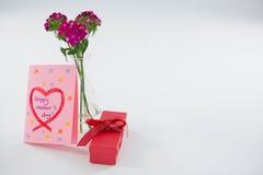Salutations heureuses de jour de mères avec le vase à boîte-cadeau et à fleur Photo libre de droits