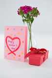 Salutations heureuses de jour de mères avec le vase à boîte-cadeau et à fleur Image libre de droits