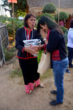 Salutations ou wai thaïlandaises de personnes de jeunes femmes avec le phu t de femme d'eldery Photos stock