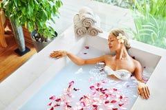 Salute, bellezza Cura del corpo della stazione termale della donna Fiore di rilassamento Rose Bath Fotografia Stock