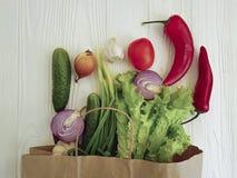Salute di compera della tavola del mercato della cipolla delle verdure organiche Immagini Stock Libere da Diritti