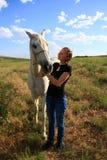 Salute di controllo del cavallo della donna veterinaria Immagini Stock