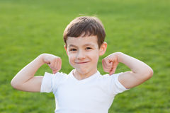 Salute, ragazzo, manifestazioni, muscoli, forza, estate, addestramento, forma fisica, bambino Immagine Stock