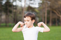 Salute, ragazzo, manifestazioni, muscoli, forza, estate, addestramento, forma fisica, bambino Immagini Stock