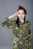 Salutera för kvinnaarmésoldat royaltyfri fotografi
