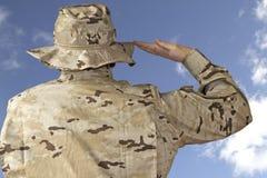 Salutera för soldat arkivfoto