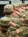 Salutera för USA-soldater royaltyfria bilder