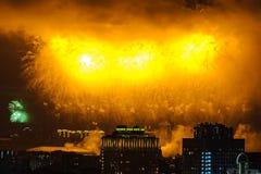 Salutera i heder av Victory Day på Maj 9 berömmar i Moskva royaltyfri bild