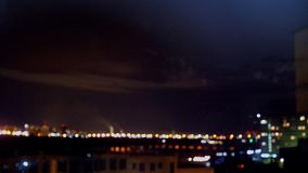 Salutera i natthimlen ovanför staden stadsfyrverkerier över Stadshonnör från höjden 3840x2160 stock video