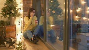 Saluti d'ondeggiamento della donna amichevole dalla finestra stock footage